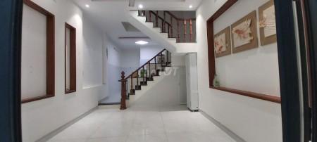Cần bán nhà rộng 42m2 (4.2mx10m), 3 tầng, có sân thượng, giá 6.5 tỷ, hẻm Hoàng Diệu 2, Quận Thủ Đức, 42m2, 4 phòng ngủ, 4 toilet
